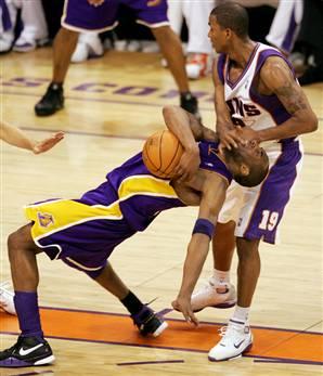 Raja clotheslines Kobe in the 2006 playoffs