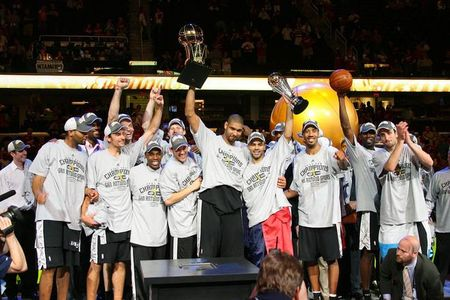 San-antonio-spurs-with-the-championship-trophy1