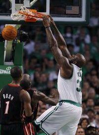Shaq dunking on heat