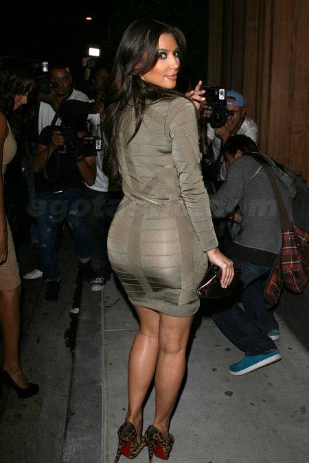 Kim-kardashian-tight-dress-butt-04