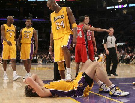 Kobe steps on Pau