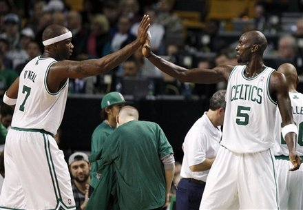 Jermaine o'neal and Kevin garnett high 5 during Pistons game